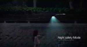 ผู้ใช้สามารถเดินในที่มืดพร้อมไฟฉายส่วนตัวที่ลอยอยู่ข้างตัว