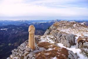 In Pics : นักปีนเขางง! จู๋ไม้ขนาดใหญ่โผล่บนภูเขาสูงในออสเตรีย