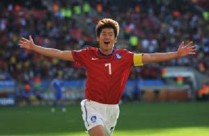 """แฟนผีเนื้อเต้น """"ปาร์ค จี ซอง"""" ร่วมเปิดศูนย์ฝึกฟุตบอลไทย"""