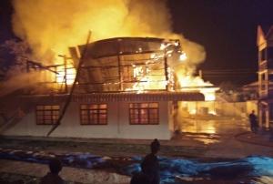 พระโยมเศร้า.. เพลิงเผาศาลา-กุฏิวัดเมืองช้างวอดในพริบตา สูญกว่า 10 ล้าน ตะลึงพระพุทธรูปไม่ไหม้