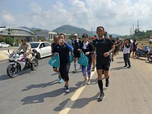 """คนไทยบางพวกจ้องถากถาง แต่สื่อดังสิงคโปร์ตีข่าวเชิดชู """"ตูน บอดี้สแลม"""" ในภารกิจ """"ก้าวคนละก้าว"""""""
