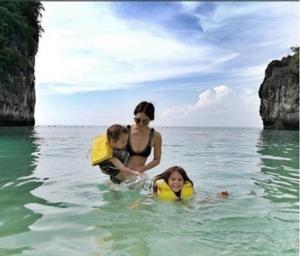 """หอบลูกเที่ยวทะเล!! """"พอลล่า"""" อวดหุ่นแซบ นุ่งบิกินี่ตัวจิ๋วขยี้ใจสามี"""