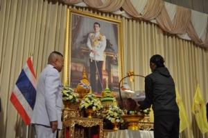 """""""ตูน บอดี้สแลม"""" สุดปลื้มรับสิ่งของพระราชทาน ขอบคุณคนไทยร่วมบริจาคเงิน"""