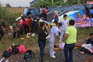 เหตุสลด! รถบัสทัศนศึกษาคณะครู-นร.ชัยภูมิ ชนกระบะพลิกคว่ำตาย 3 เจ็บอื้อ 40 ราย ที่โคราช
