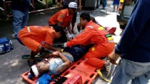 บัสทหารช่างราชบุรีเสียหลักเสยท้ายพ่วง 18 ล้อ บรรทุกน้ำมัน บาดเจ็บ 2 ราย