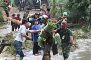 ชาวบ้านบ้านยางหักทยอยนำพืชผักออกมาขายหลังน้ำป่าตัดสะพานขาด