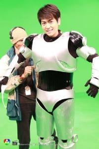 """""""บอม"""" ทุ่มเทสุดๆ ใส่ร่างหุ่นยนต์รายงน """"ฝน ฟ้า อากาศ"""""""