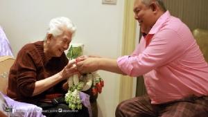 """ลูกหลานพร้อมพนักงานในเครือ """"กันตนา"""" ร่วมอวยพรวันเกิด """"แม่สมสุข"""" อายุครบ 90 ปี"""