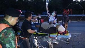 คนขับหลับในรถตู้นักท่องเที่ยวอ่างทองขึ้นเชียงใหม่ ชนท้ายพ่วง 18 ล้อ เจ็บยกคัน