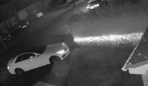 เจ้าของรถสะท้าน! โจรไฮเทคลอกสัญญาณรีโมตทั้งที่อยู่ในบ้าน ขโมยเมอร์เซเดสหรูใน 60 วินาที (ชมคลิป)
