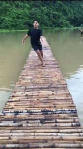 ฮาก๊าก ! นายแบบตกสวรรค์ ลื่นสะพานไม้เจ็บจริง