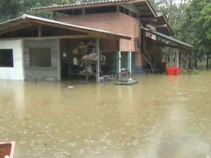มวลน้ำไหลท่วมบ้านเรือนริมแม่น้ำตรัง ชาวบ้านหวั่นถนนถูกตัดขาด