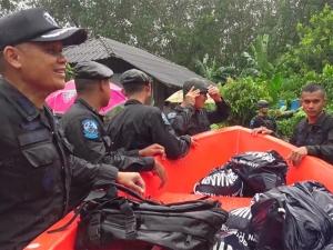 ทหารพราน-นาวิกโยธินลุยน้ำท่วมช่วยชาวบ้านที่ยี่งอ
