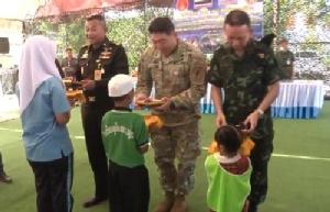 กองทัพไทย-อเมริกา มอบอุปกรณ์กีฬานักเรียนอยุธยา เยียวยาผู้ประสบภัยน้ำท่วม