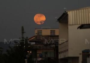 """ส่องปรากฏการณ์ """"จันทร์เพ็ญดวงโต"""" ใหญ่ที่สุดในปี 2560"""