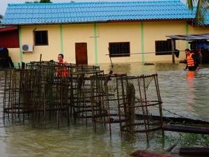 น้ำยังท่วมทั้ง 11 อำเภอใน จ.พัทลุง หลังเจอฝนตกหนัก และน้ำป่าไหลหลากอีกครั้งวานนี้