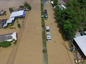 นครศรีฯ วิกฤตทั่ว! ตัวเมืองจมซ้ำสอง ย่านการค้าในพระพรหมจมมิด ระทึกน้ำเริ่มบ่าเข้าเขตความปลอดภัยท่าอากาศยาน