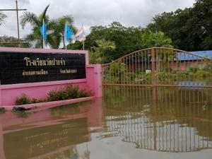 น้ำท่วมริมทะเลสาบสงขลาขยายวงกว้างไปถึง อ.ควนเนียง บ้านเรือน วัด โรงเรียนจมอยู่ในน้ำ
