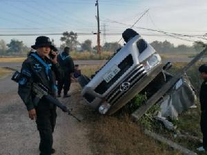 """ซัด """"เจ๊ ป."""" เป็นคนจ้าง! ทหารพรานไล่สกัดรถขนกระเทียมเถื่อน เสียหลักพลิกคว่ำชนเสาไฟฟ้าหัก"""