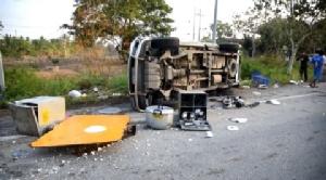 รถโต๊ะจีนคว่ำกลางถนนกรุงเก่า ตาย 1 เจ็บ 6