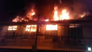 เพลิงโหมไหม้บ้านเรือนบริเวณแพร่งนรา เขตพระนคร วอด 13 คูหา(มีคลิป)