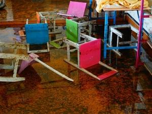 โรงเรียนใน 5 อำเภอริมทะเลสาบสงขลาสื่อการเรียนเสียหายยับ บางแห่งยังท่วมกว่า 1 เมตร