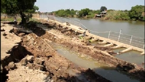เร่งแก้ไขด่วน! เขื่อนริมแม่น้ำเจ้าพระยาเมืองกรุงเก่าพังลงไปทั้งแนว หวั่นขยายวงกว้าง