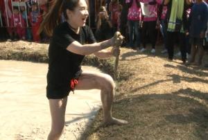 สุดสนุกเฮฮา ฝรั่งแห่ร่วมแข่งจับปลาไหลนานาชาติ เทศกาลข้าวใหม่หอมมะลิเมืองช้างคึกคัก