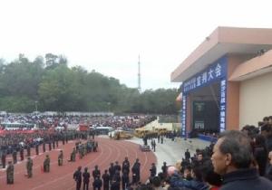 """ฮือฮา!! ชาวจีนหลายพันมุงดูตัดสินสด """"ประหารชีวิตหมู่ 10 คน"""" กลางสนามกีฬามณฑลกว่างตง"""