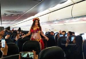 ฮือฮา!! ไทยเวียตเจ็ท ทำเซอร์ไพรส์ จัดเดินแบบเซ็กซี่กลางเวหา เที่ยวบินปฐมฤกษ์ กรุงเทพฯ-ดาลัด