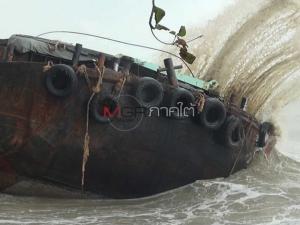 คลื่นดุซัดเรือขนแร่เกยตื้น 4 ลำรวด ริมชายฝั่งทะเลท่าศาลานครศรีฯ