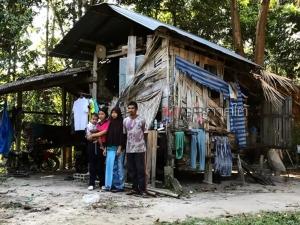 สลดใจ 5 ชีวิตพ่อแม่ลูกชาวสะบ้าย้อย อาศัยอยู่กันอย่างยากลำบากในบ้านใกล้พังวอนช่วย