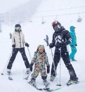 """เที่ยวรับอากาศหนาว!! """"น้องโปรด"""" โชว์ลีลาเล่นสกีกลางหิมะ"""