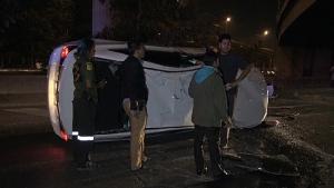 วิศวกรหนุ่มควบเก๋งกลับบ้าน รถเสียหลักร่วงทางต่างระดับ 7 ชั่วโคตรลำลูกกา รอดตายหวุดหวิด