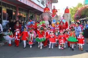 พี่ช้างใจดี แต่งเป็นซานตาคลอสส่งความสุขให้เด็กๆ