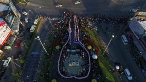 """ยาวสุดในโลก..""""พี่ตูน""""รับตุงชัยธนบัตร คนเชียงรายสมทบก้าวคนละก้าวกว่า 32 ล้าน"""