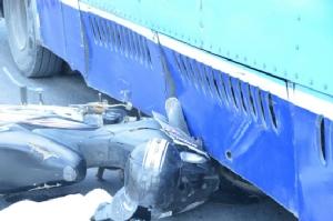 จยย.ถูกรถพ่วงเกี่ยวเสียหลักไปชนรถเมล์ ทับร่างดับ 1 เจ็บ 1