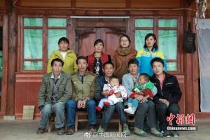 หนุ่มมหา'ลัยตระเวนถ่ายภาพหมู่ครอบครัวฟรี ให้แก่ชาวบ้านหลังเขา 3 ปี