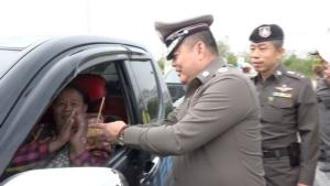 ทำเก๋ ตำรวจบ้านไผ่แจกผ้าพันคอ ข้าวจี่ เป็นของขวัญผู้เดินทางเทศกาลปีใหม่