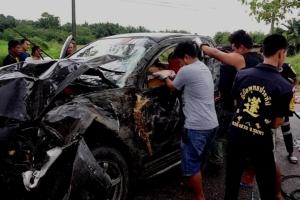 นาทีช่วยชีวิต! พ่อค้าขับกระบะฝ่าสายฝน ถนนลื่นเสียหลักพุงชนต้นไม้พังยับ เมียติดในรถอาการสาหัส