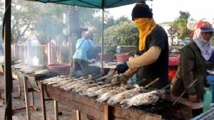 ขายดิบขายดี! คนไทย-ลาว แห่กราบพระธาตุพนม แวะซื้อของกินริมทางคึกคัก