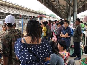 ประชาชนแห่รอขึ้นรถไฟที่ชุมทางหาดใหญ่คึกคัก หลังสิ้นสุดเทศกาลต้อนรับปีใหม่