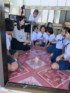 """ดีต่อใจใครก็ชอบ ครูสาวนั่งเล่น """"หมากเก็บ"""" กับนักเรียน บอก """"เด็กขอท้าครู จัดให้"""""""