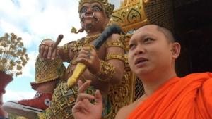 วัดหรือสวนสนุก? รูปปั้นยักษ์ใส่ผ้าใบ ไอเลิฟยู กุศโลบาย vs ทำลายพระพุทธศาสนา?!