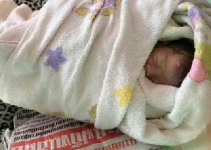สุดเวทนา พบทารกเพศหญิงถูกแม่บังเกิดเกล้าใช้ผ้าห่อร่างทิ้งข้างกำแพง