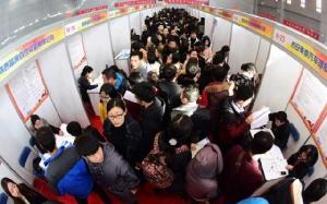 (ภาพ) บัณฑิตจบใหม่จีน ทนความหนาว สมัครงาน 8,000 ตำแหน่ง