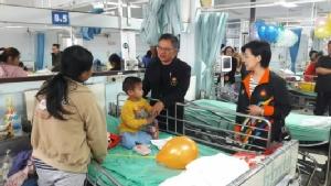 เด็กป่วยนอน รพ.อุดรฯ รับแจกขนมถึงเตียง ด้าน ตม.มุกดาหาร แจกขนมวันเด็กแต่เช้า
