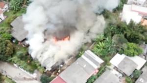 ระทึก..ไฟไหม้บ้านวอดกลางลมหนาว 3 หลังรวด แม่เฒ่าวัย 72 หนีรอดหวุดหวิด