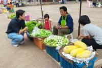 """ภาระใหญ่เกินเด็ก """"น้องมด""""ดูแลพ่อป่วย-ช่วยแม่ขายผัก-เลี้ยงน้อง ถึงจนเข็ญใจแต่เธอยังสู้"""
