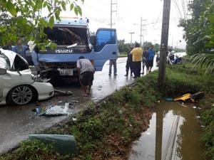 เก๋งเหินหาวข้ามเกาะกลางถนนพุ่งชนรถบรรทุก-มอเตอร์ไซค์พังยับ โชคดีเจ็บแค่ 1 ราย